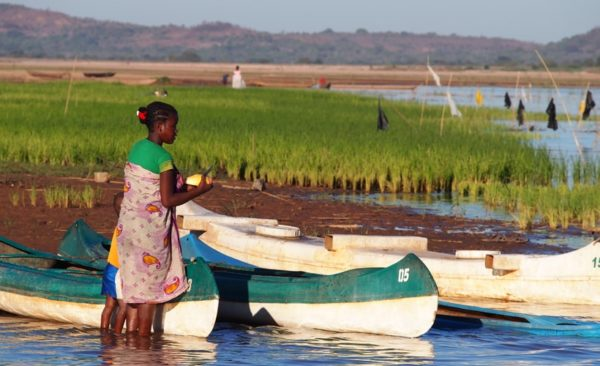 madagascar-girl-tending-boats