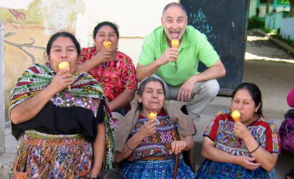 Guatemala-brett-and-the-girls-eating-Icecreams