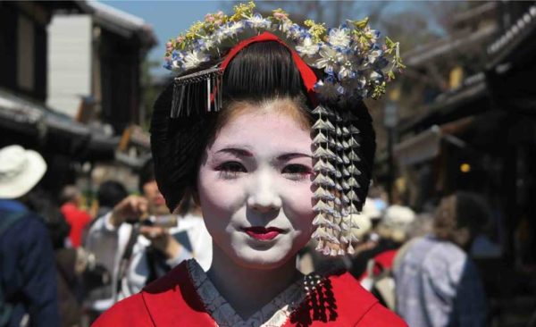 Japan-Geisha-in-red