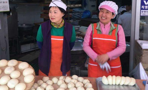 South-Korea-Seoul-ladies-selling-dumplings