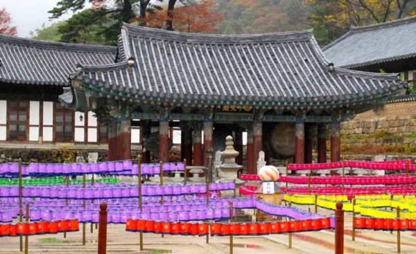 South-korea-traditional-temple-with-lanterns