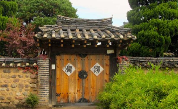 south-korea-traditional-walled-gate