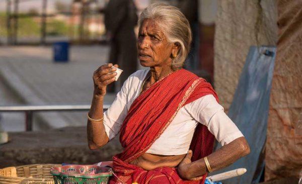 sri-lanka-lady-drinking-tea