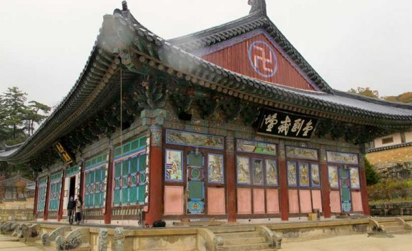 South-Korea-temple-red-roof